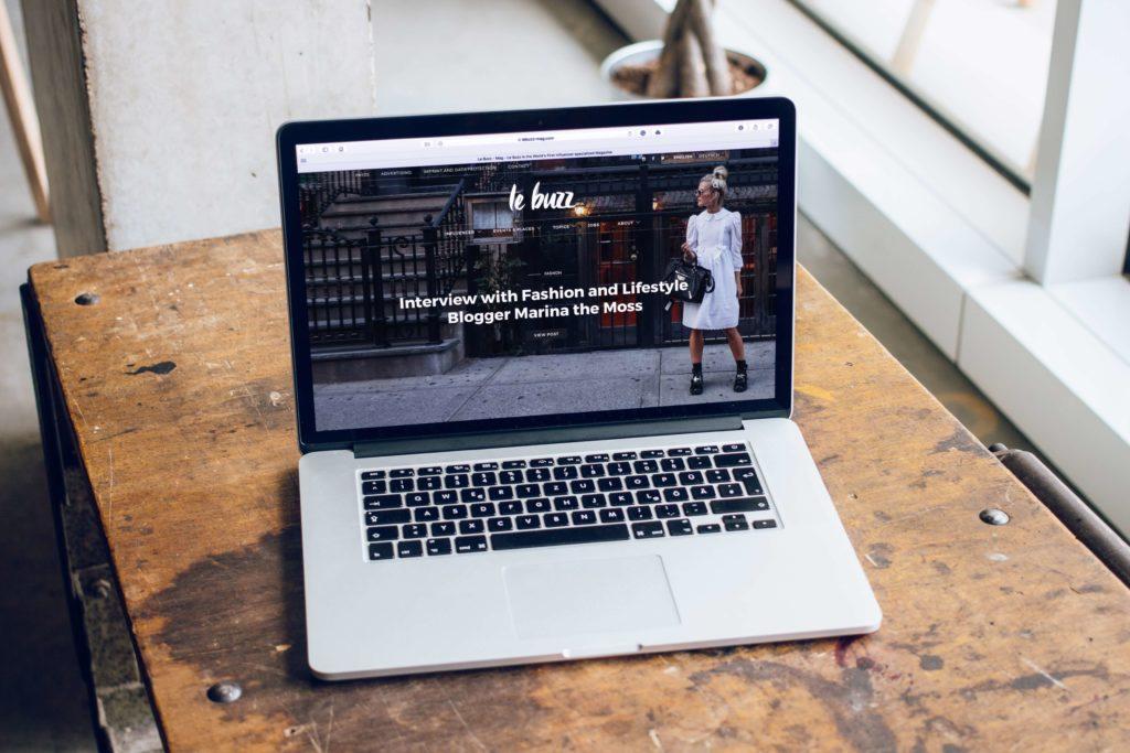 Laptop mit eigener Webseite