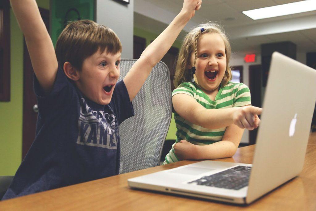 Kinder erfreuen sich an Erklärvideos